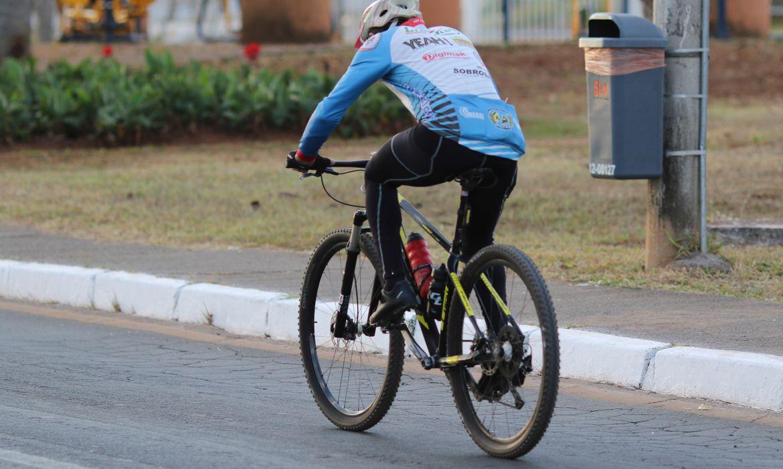 Ciclistas pedalam pela cidade