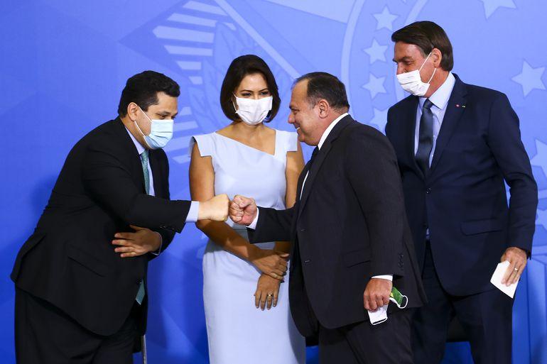 O presidente do Senado, Davi Alcolumbre, a primeira-dama Michelle Bolsonaro, o ministro da Saúde, Eduardo Pazuello, e o presidente Jair Bolsonaro durante cerimônia no Palácio do Planalto.