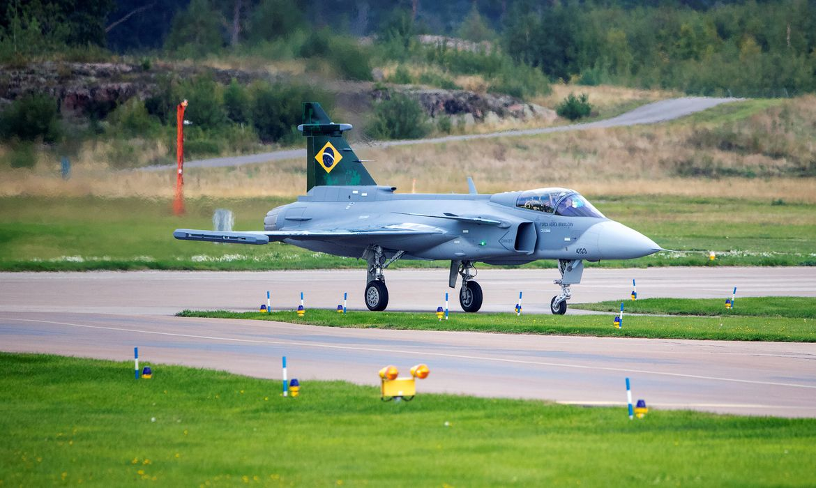The first Brazilian Saab Gripen E fighter is pictured in Linkoping, Sweden, September 10, 2019. Stefan Jerrevang/TT News Agency via REUTERS      ATTENTION EDITORS - THIS IMAGE WAS PROVIDED BY A THIRD PARTY. SWEDEN OUT. NO COMMERCIAL OR EDITORIAL