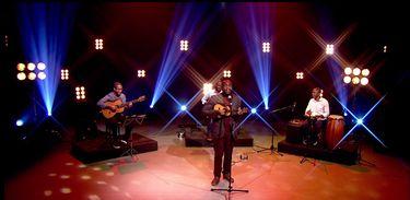 Jovem cantor e compositor Vidal Assis se apresenta com o Trio Júlio