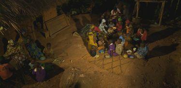 Mackline vive com sua família na selva de Uganda, na África