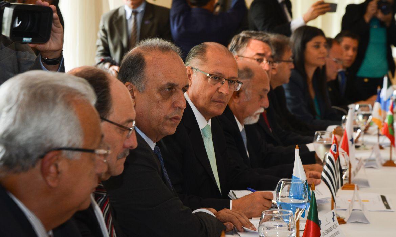 Brasília - Os governadores Luiz Fernando Pezão, do Rio de Janeiro, e Geraldo Alckmin, de São Paulo durante Fórum Permanente de Governadores. O encontro discute a dívida dos estados  e reforma fiscal (Marcello Casal Jr/Agência Brasil)