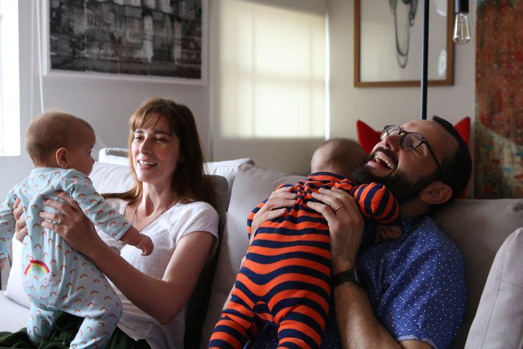 São Paulo - O casal Eduardo e Maria Lopes, pais de Cecília e Martin, se beneficiaram da licença paternidade de quatro meses.