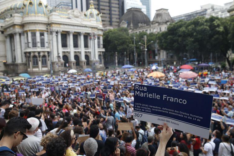 Distribuição de réplicas de placas de rua com nome da Marielle Franco , em frente à Câmara, na Cinelândia, marca o dia em que o assassinato da vereadora completa sete meses.