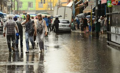 São Paulo - Fortes chuvas causam alagamento na Rua 25 de Março, região central de São Paulo (Rovena Rosa/Agência Brasil)
