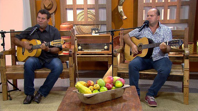 Os violeiros Rony & rey cantam seus sucessos no Brasil Caipira
