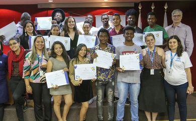 Jovens refugiados do Haiti, Venezuela, Angola e Gana, residentes em Brasília, recebem certificado de oficinas que visam inserir jovens  no mundo de trabalho, por meio dos programas de estágio e programa aprendiz do CIEE