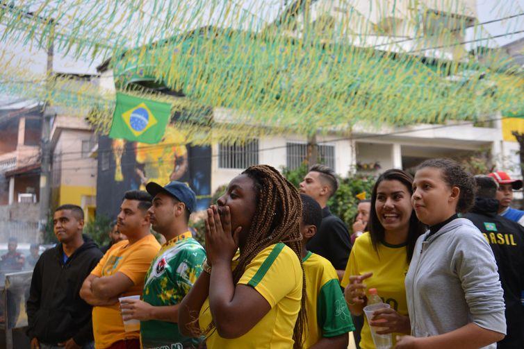 Moradores do Jardim Peri, bairro de Gabriel Jesus, comemoram participação do jogador