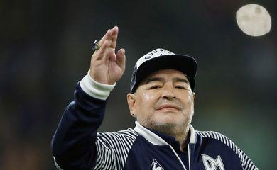 Diego Maradona antes de partida do Gimnasia y Esgrima contra o Boca Juniors pelo Campeonato Argentino