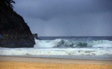 Frente fria e ressaca na praia do Leme, zona sul do Rio de Janeiro.