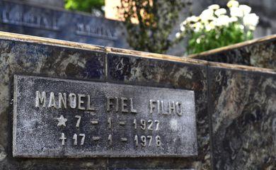 São Paulo - Lápide do metalúrgico Manoel Fiel Filho, militante político torturado e morto durante a ditadura civil-militar, no Cemitério Quarta Parada, em São Paulo (Rovena Rosa/Agência Brasil)
