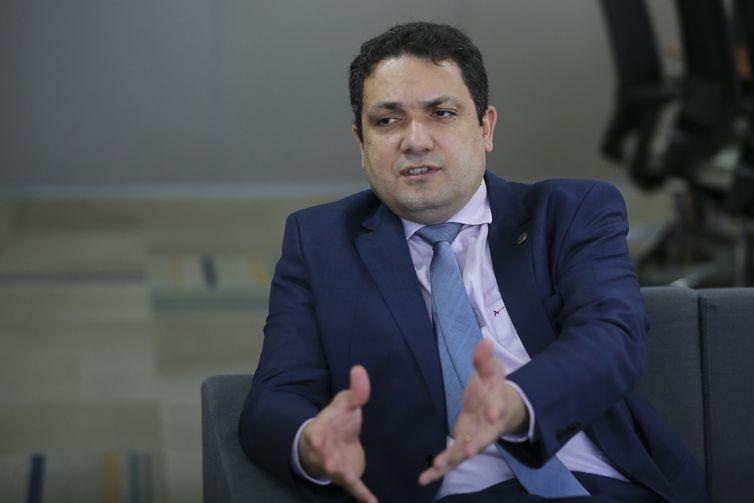 O presidente da Coordenação de Aperfeiçoamento de Pessoal de Nível Superior (Capes); Anderson Ribeiro Correia; fala à Agência Brasil