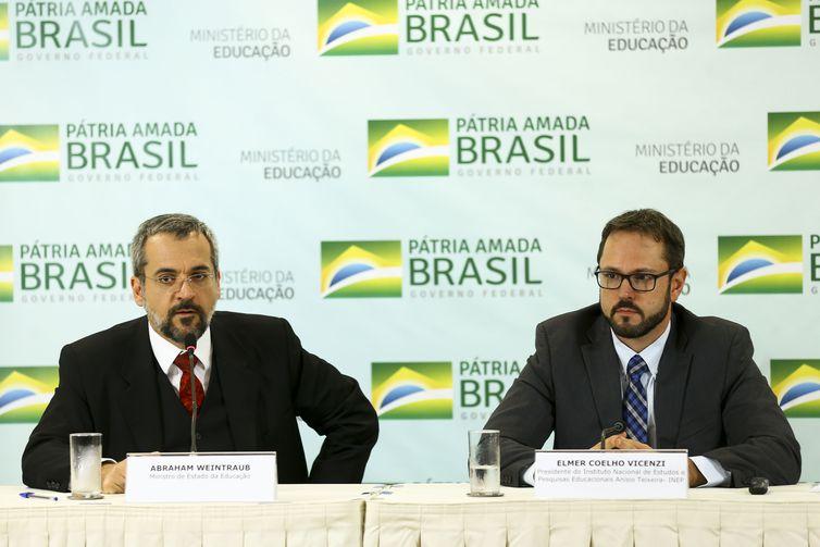 O ministro da Educação, Abraham Weintraub, e o presidente do INEP, Elmer Coelho Vicenzi, durante entrevista coletiva sobre o Sistema de Avaliação da Educação Básica.