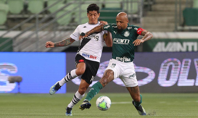 Felipe Melo, do Palmeiras, disputa bola com Germán Cano, do Vasco da Gama.