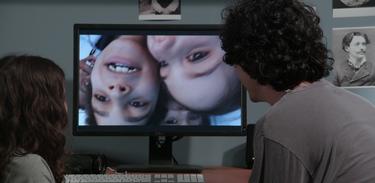 Bebel mostra o filme para o seu pai