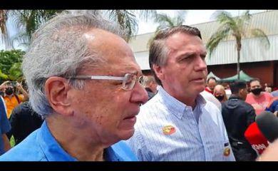 Presidente Jair Bolsonaro conversa com populares em Brasília.