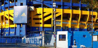 Estádio do clube argentino Boca Juniors visto da rua e pintado com as cores do time