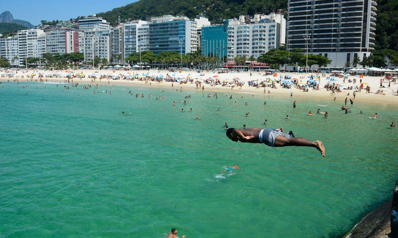 Em dia de alta temperatura, cariocas e turistas enchem praias da zona sul da cidade.