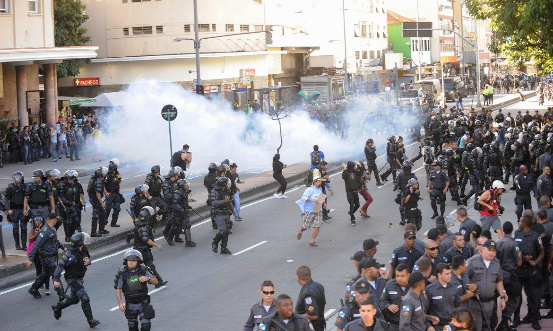 Protesto contra a Copa do Mundo na Praça Saens Peña. Os manifestantes pretendiam seguir em direção ao Estádio Maracanã, mas foram impedidos por um forte esquema de segurança (Tomaz Silva/Agência Brasil)
