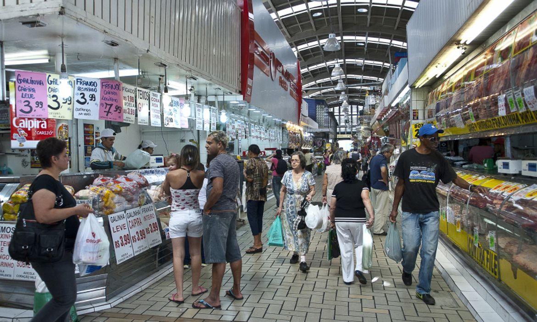 Consumidores fazem compras em supermercado