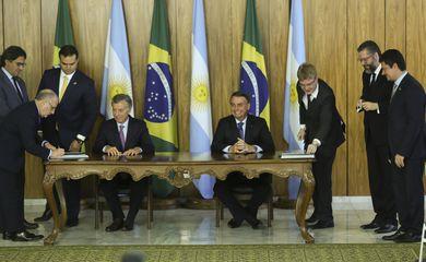 Os presidentes da Argentina, Mauricio Macri e do Brasil, Jair Bolsonaro, participam da cerimônia de assinatura de acordo de  cooperação bilateral no combate ao crime organizado e à corrupção; e nas áreas de energia, espaço e defesa