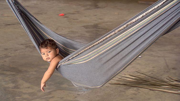 Criança no município de Novo Airão, no Amazonas, se embala na rede