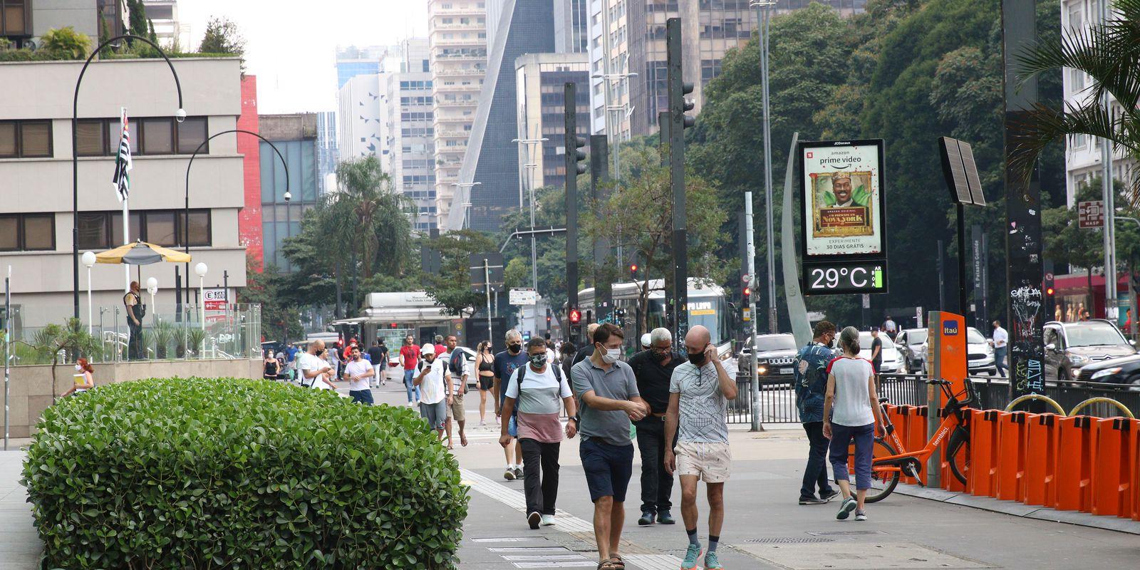 Movimento de pessoas na Avenida Paulista, durante a fase vermelha da pandemia de covid-19 na capital.