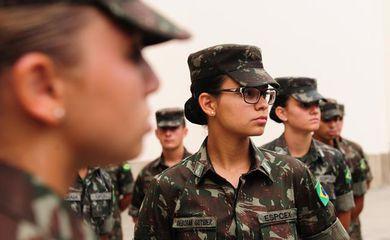 Pela primeira vez na história do Exército Brasileiro, as mulheres poderão se tornar oficiais combatentes e chegar à patente de general e até ao comando do Exército