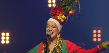 Nesta homenagem à Carmen Miranda, Juliana Maia apresenta uma adaptação da sua obra
