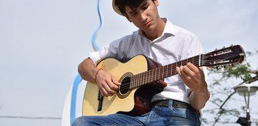 George ganhou um violão