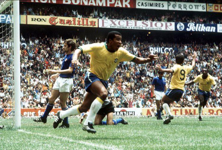 Jairzinho comemora após gol na vitória do Brasil sobre a Itália, na final da Copa do Mundo de 1970