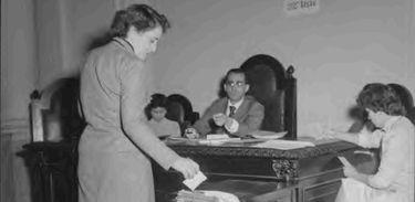 Eleitora vota nas eleições presidenciais de 1955
