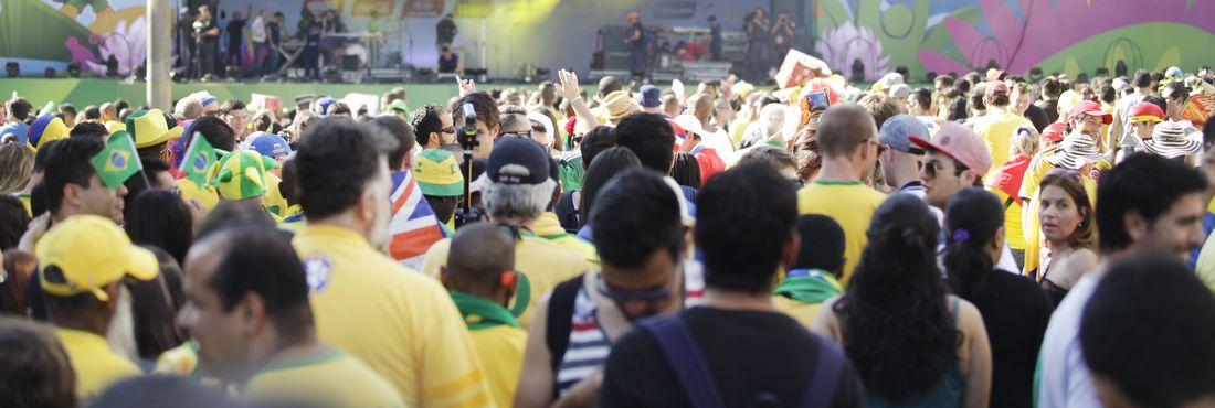 Milhares de torcedores de diversos países, divertem-se na Fan Fest Fifa, no Vale do Anhangabaú, na região central de São Paulo.
