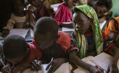 Milhões de pessoas em todo o mundo podem escapar da pobreza se tiverem ao menos dois anos de ensino secundário afirma a Unesco