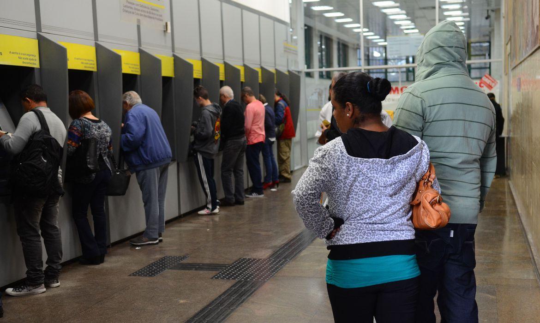 São Paulo - Bancários param e consumidores podem pagar contas pela internet ou caixas eletrônicos(Rovena Rosa/Agência Brasil)