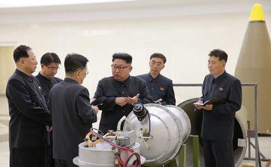 Foto divulgada pela agência estatal de notícias da Coreia do Norte, a KCNA, mostra Kim Jong-un supostamente inspecionando armas nucleares em um local não revelado (EFE/Direitos reservados)
